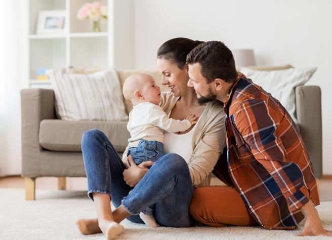 Glückliche Familie in der eigenen Wohnung